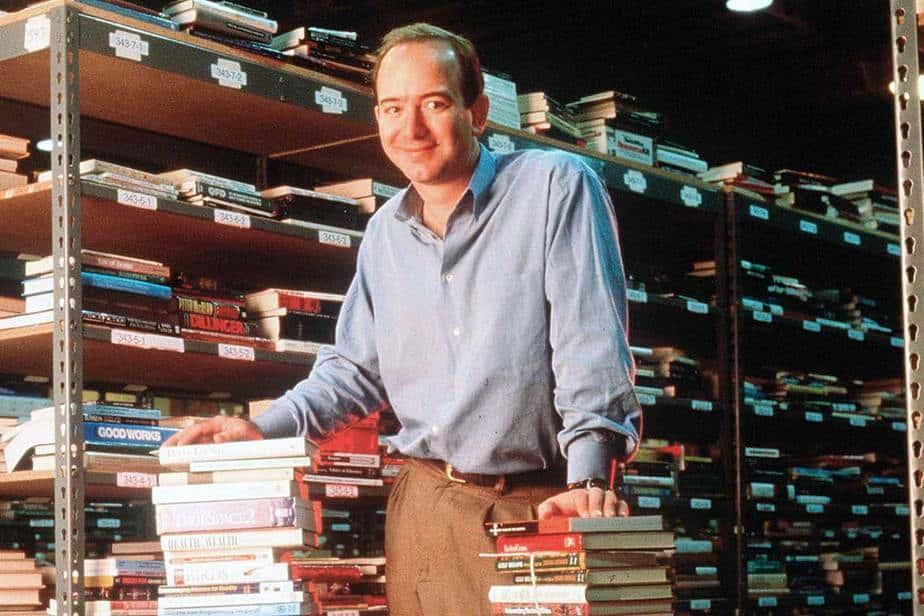Jeff Bezos joven con sus libros