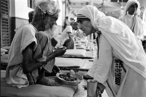 Teresa de Calcuta con leprosos
