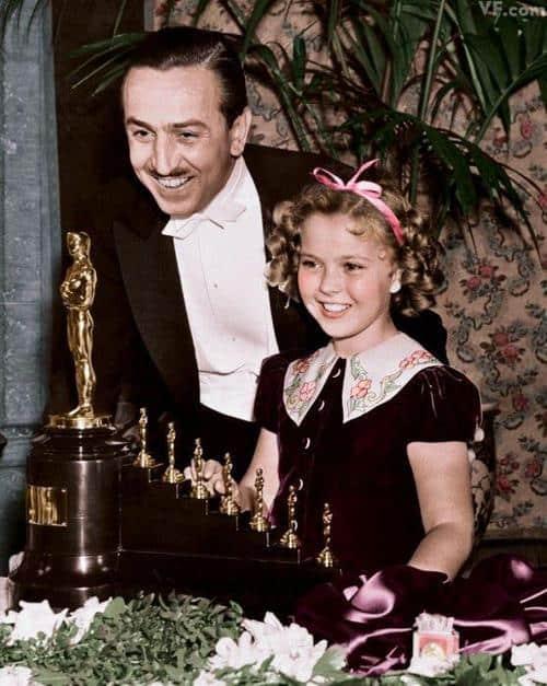 Walt recibe el Oscar por Blanca Nieves de manos de la actriz Shirley Temple