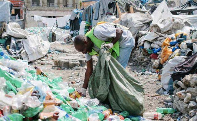 El Banco del Plástico incentiva a los haitianos a recolectar desechos de plástico a cambio de ingresos (Plastic Bank)