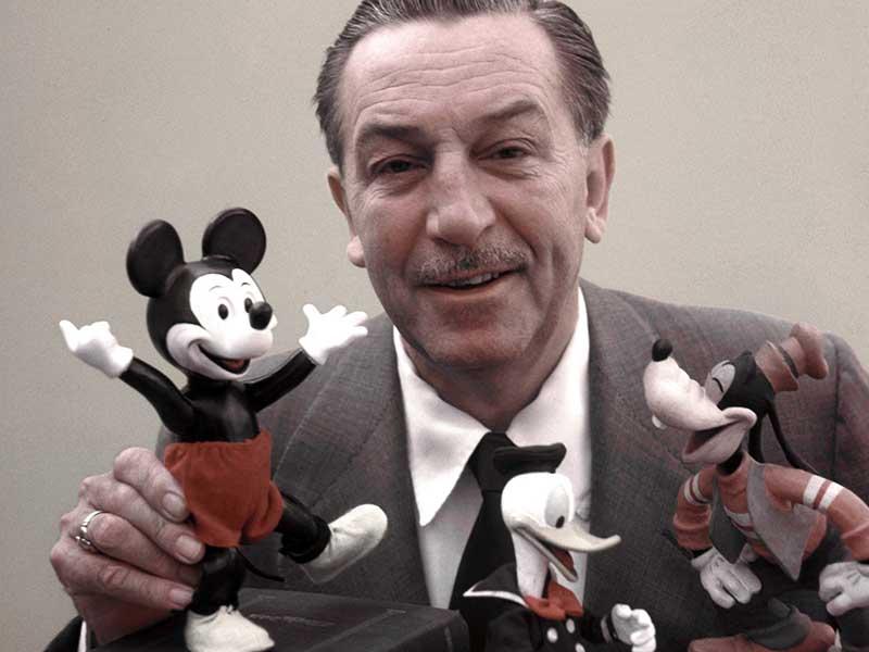 Walt Disney con sus creaciones