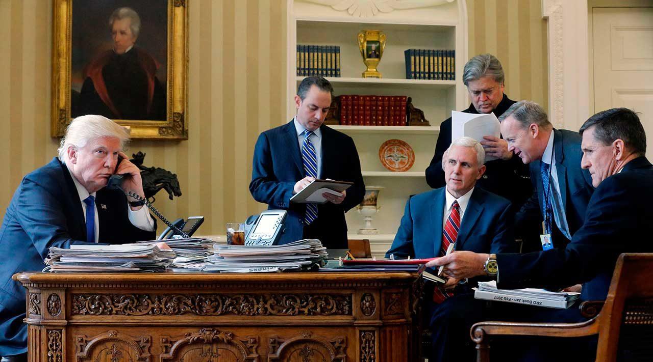 De izquierda a derecha) por el Jefe de Gabinete Reince Priebus, el Vicepresidente Mike Pence, el asesor principal Steve Bannon, el Director de Comunicaciones Sean Spicer y el Asesor de Seguridad Nacional Michael Flynn, en la Oficina Oval. (Reuters / Jonathan Ernst)