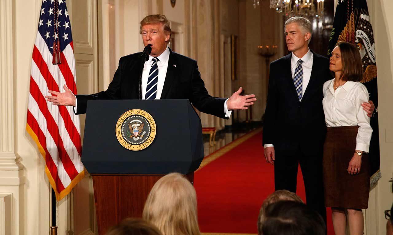 Donald Trump y Neil Gorsuch (Reuters)