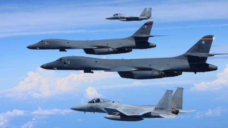 Aviones de combate japoneses F-15 realizan un simulacro aéreo junto con los bombarderos estratégicos B1-B Lancer de la Fuerza Aérea de EEUU