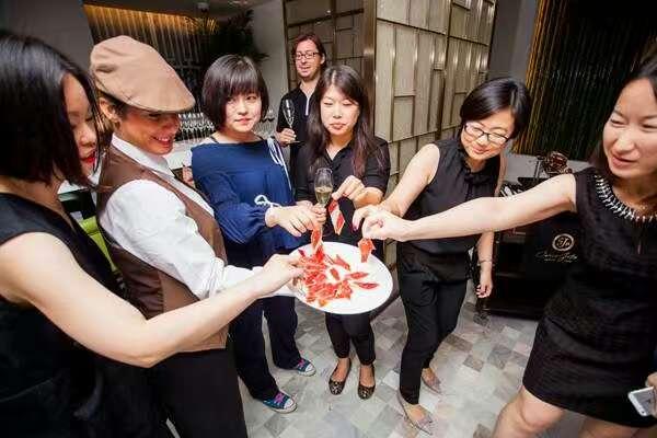La creciente clase pudiente en China ha desatado una moda de los ibéricos (Jamones Simeón)