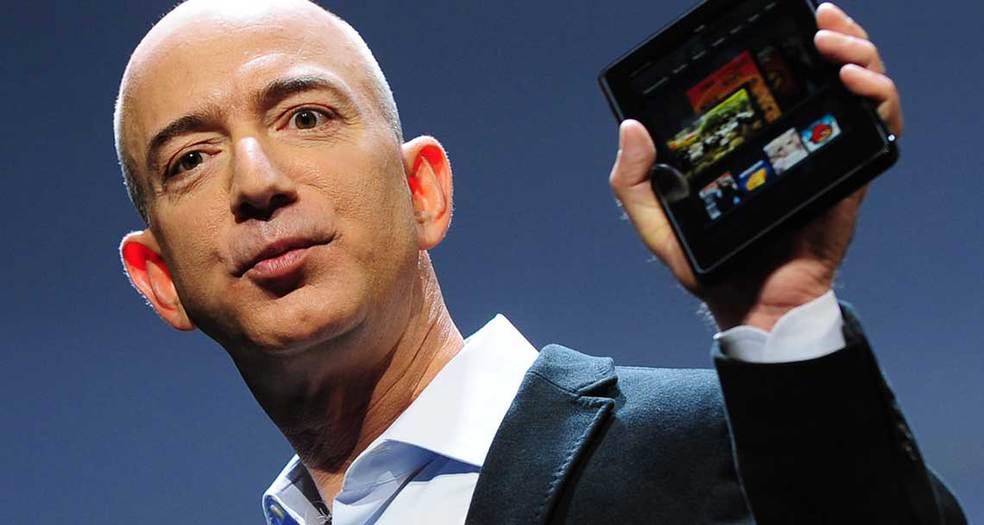 Jeff Bezos muestra el dispositivo para leer libros, Kinddle