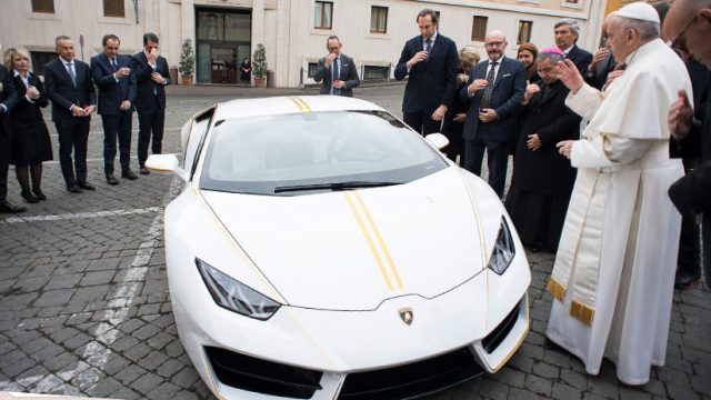 Lamborghini regala a Francisco una edición especial del modelo Huracán