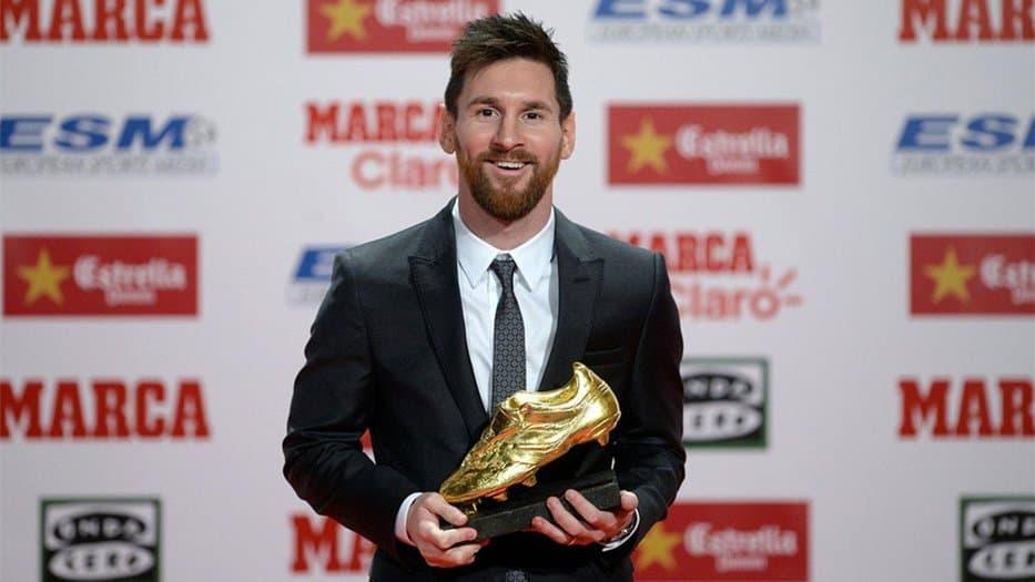 El argentino Lionel Messi, delantero del Barcelona, recibió este viernes, por cuarta vez en su carrera, la Bota de Oro