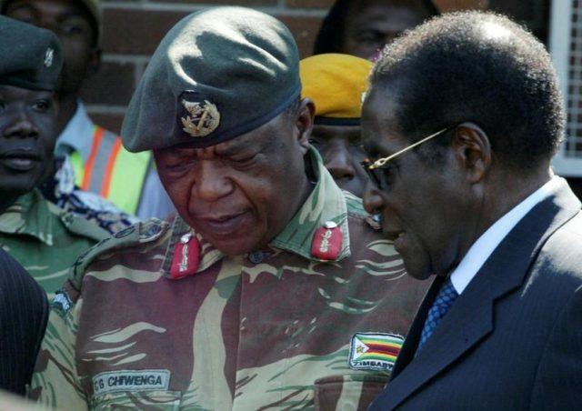 El presidente de Zimbabue Robert Mugabe y el líder de las Fuerzas de Defensa de Zimbabue, Constantino Chiwenga