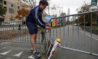 Un hombre coloca la bandera argentina en honor a los nueve fallecidos.