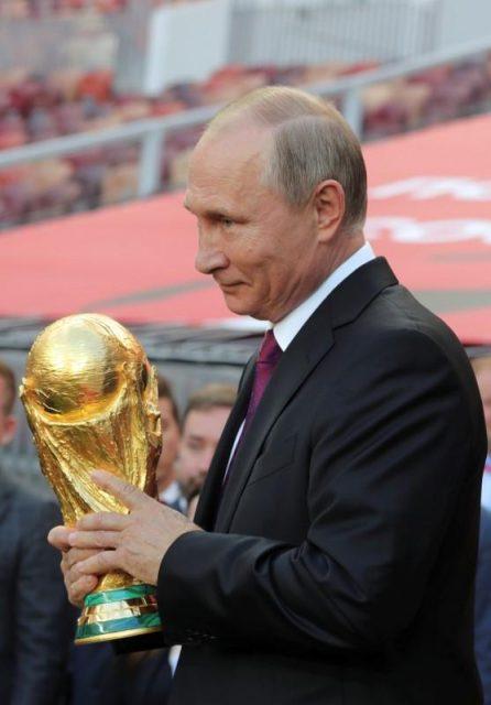 Putin, con (la copa del) mundo en sus manos. REUTERS