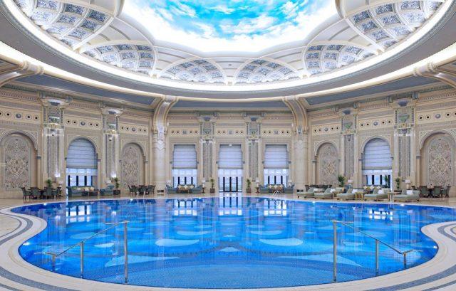 El área de la piscina del Ritz-Carlton Riyadh