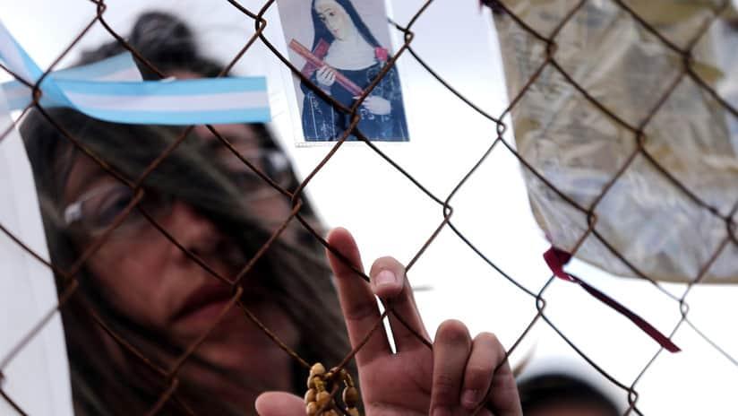 Los familiares de los 44 tripulantes del ARA San Juan, desaparecido el miércoles 15 de noviembre, rompieron la sala de la Base Naval de la Armada Argentina