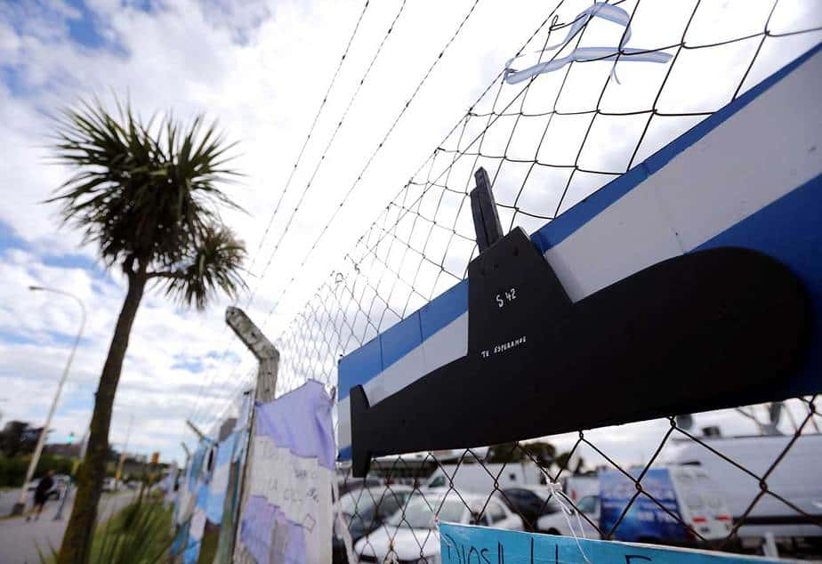 Los familiares de los 44 tripulantes del ARA San Juan, desaparecido el miércoles 15 de noviembre, en la Base Naval de la Armada Argentina (Reuters)