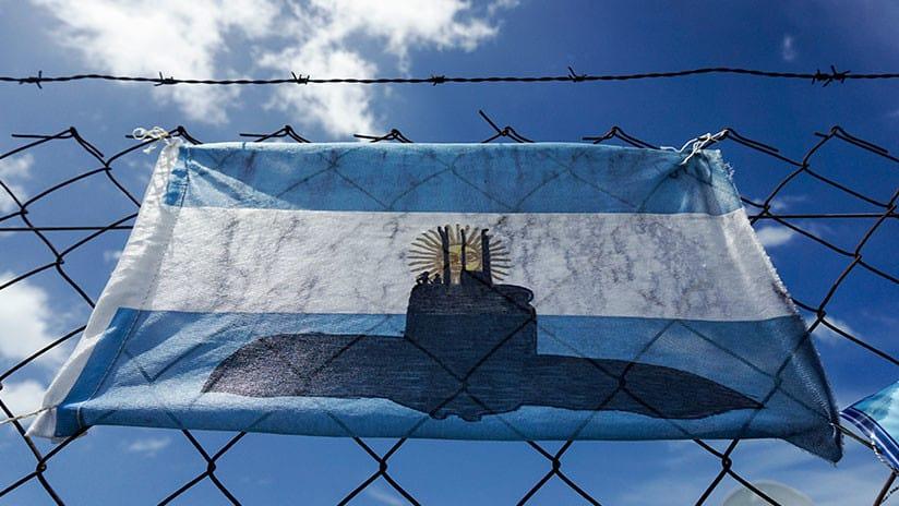Una bandera de Argentina modificada para apoyar a los 44 miembros de la tripulación del submarino San Juan.
