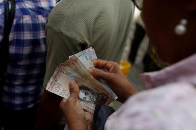 La última subasta permitía comprar dólares a un cambio que va entre los 2.679 y los 3.445 bolívares. En la calle, el dólar libre se vende a más de 80 mil bolívares (Reuters)