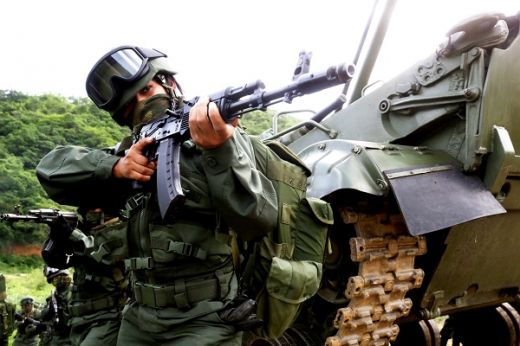 Venezuela quiere abrir una fábrica de fusiles Kalashnikov en 2018