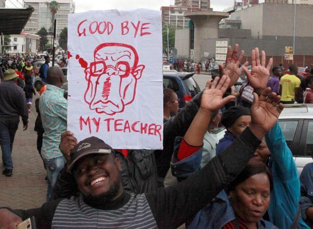 La población de Zimbabue celebra la inminente salida de Mugabe