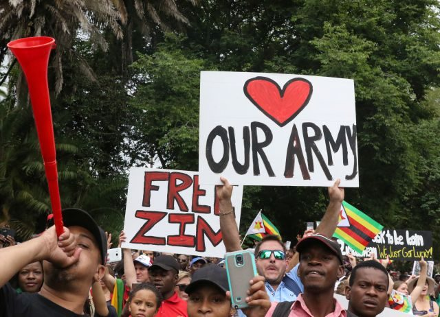 La gente festeja en las calles la inminente salida de Mugabe