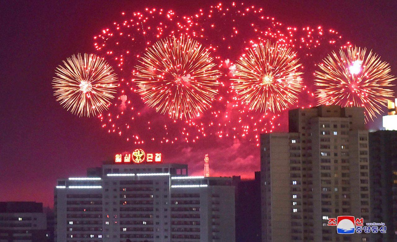 Los fuegos artificiales se ven durante las celebraciones de Año Nuevo en esta foto lanzada por la Agencia Central de Noticias de Corea del Norte (KCNA) en Pyongyang el 1 de enero de 2018. KCNA / a través de REUTERS
