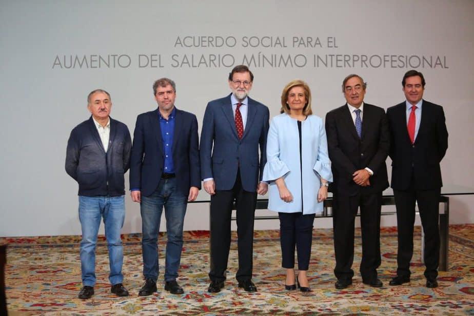 SMI. Rajoy firma la subida del salario mínimo a 850 euros en el año 2020