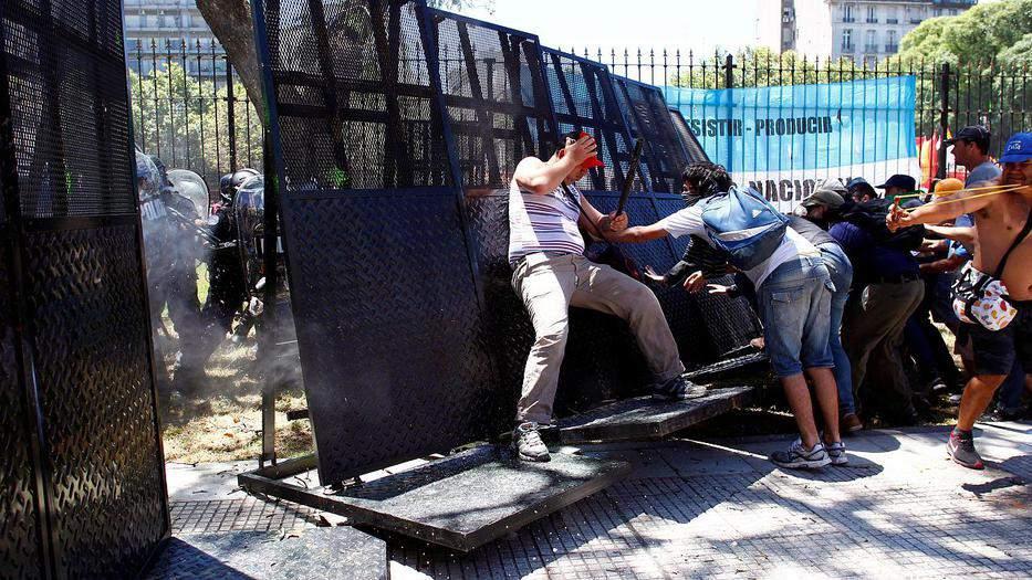 Argentina aprueba reforma de pensiones tras horas de violencia en las calles