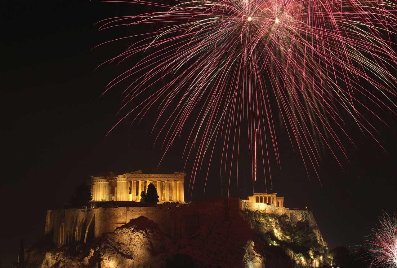 Los fuegos explotan sobre el antiguo templo griego del Partenón en la Acrópolis de Atenas. REUTERS