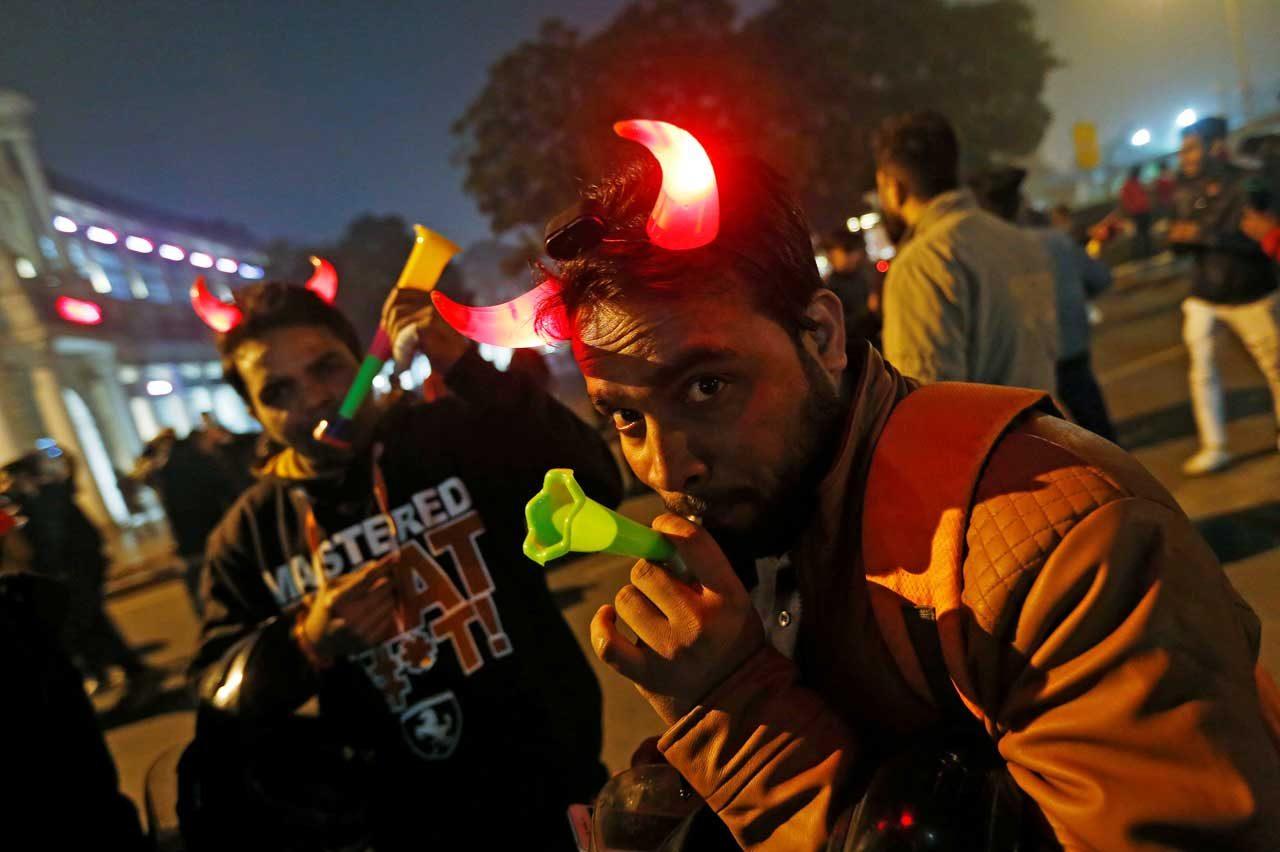 La gente baila durante las celebraciones de Año Nuevo en un área de mercado en Nueva Delhi, India, el 31 de diciembre de 2017. REUTERS / Adnan Abidi