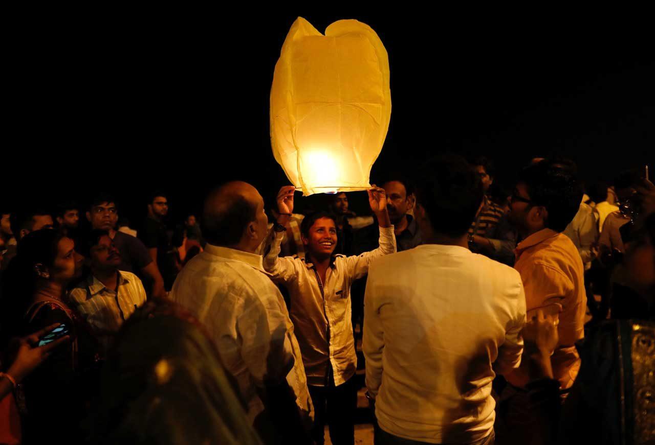 La gente celebra el Diwali, o festival de las luces, en una playa en Mumbai, India, el 1 de enero de 2018. REUTERS / Danish Siddiqui