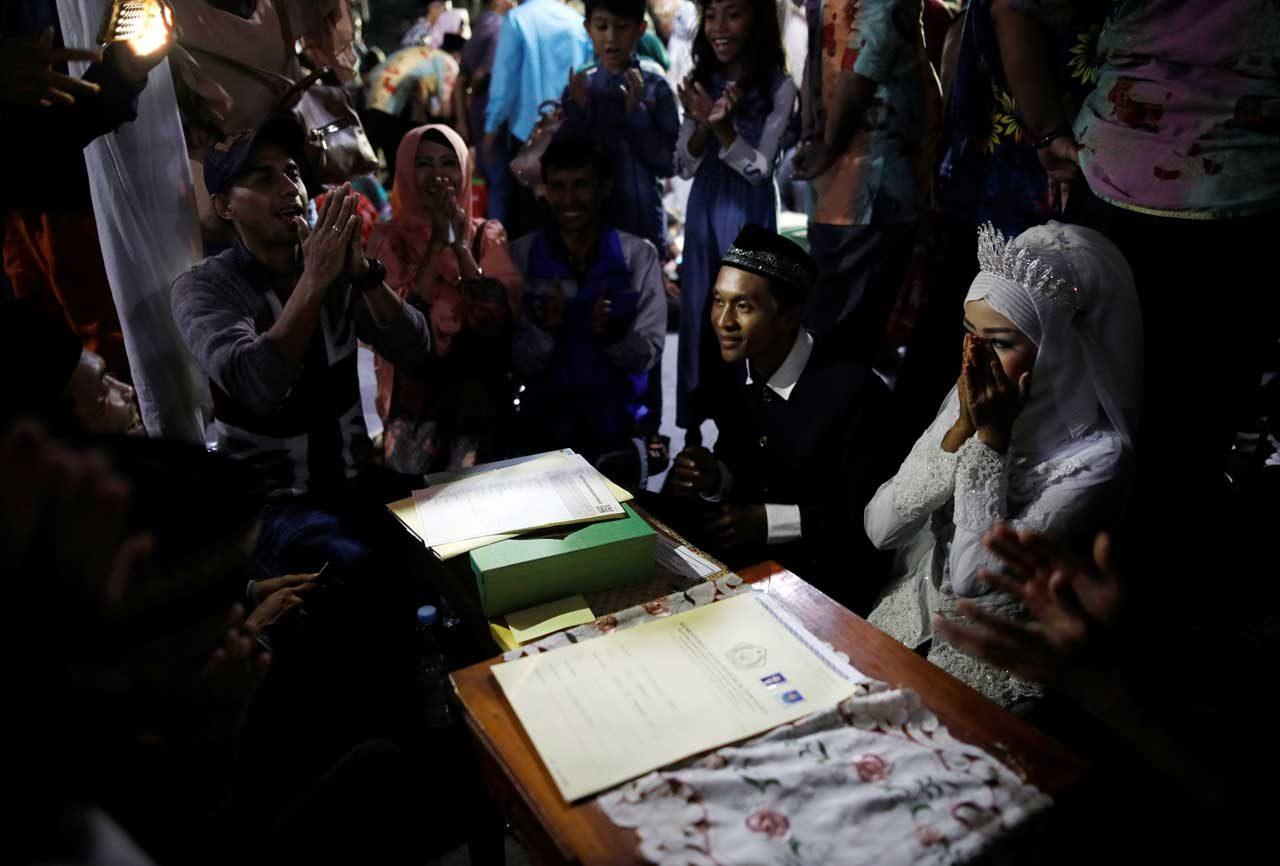 En Indonesia 450 parejas convirtieron el Año Nuevo en una boda masiva en el centro de Yakarta. REUTERS
