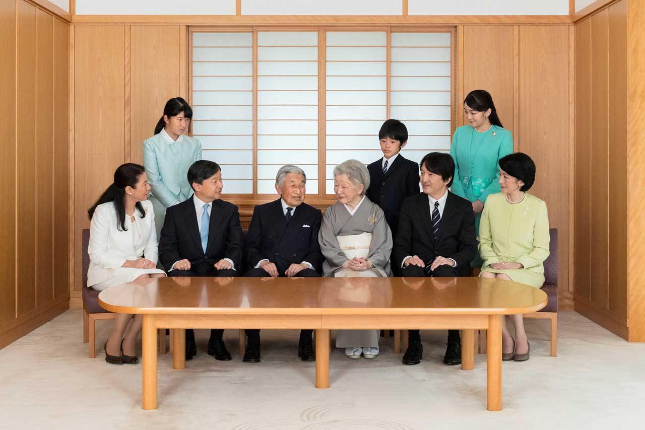 El Emperador de Japón Akihito y la Emperatriz Michiko, sonríen con sus familiares durante una sesión de fotos para el Año Nuevo en el Palacio Imperial en Tokio. REUTERS