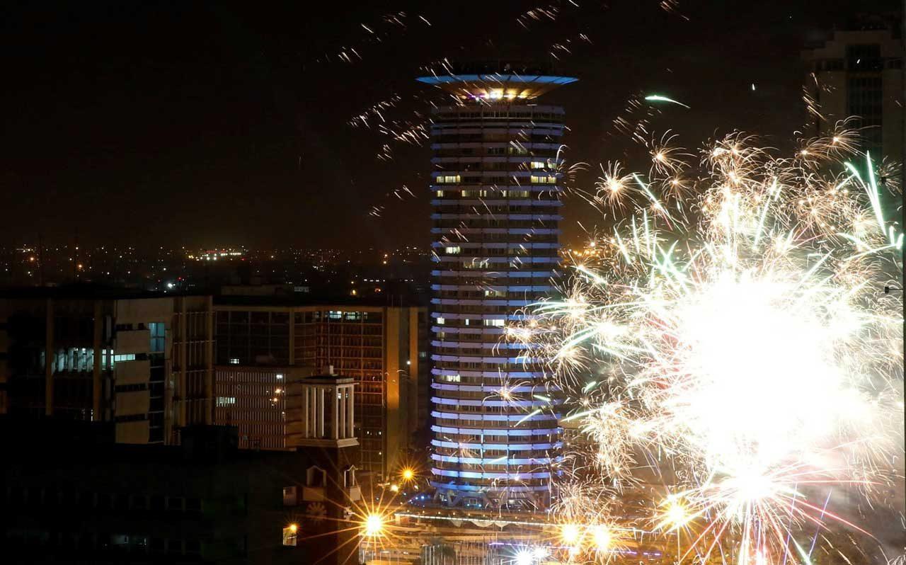Los fuegos artificiales explotan en la plaza del Centro de Convenciones Internacional de Kenyatta (KICC) durante las celebraciones de la víspera de Año Nuevo en Nairobi, Kenia, el 1 de enero de 2018. REUTERS / Thomas Mukoya