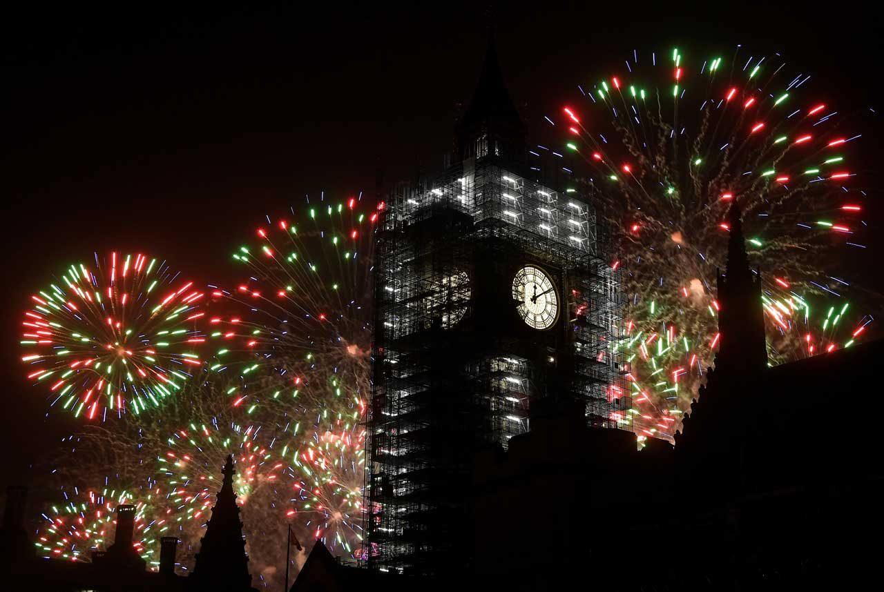 Los fuegos artificiales explotan detrás de la Torre de Elizabeth, comúnmente conocida como Big Ben, durante las celebraciones de la víspera de Año Nuevo en Londres, Gran Bretaña, el 1 de enero de 2018. REUTERS / Toby Melville