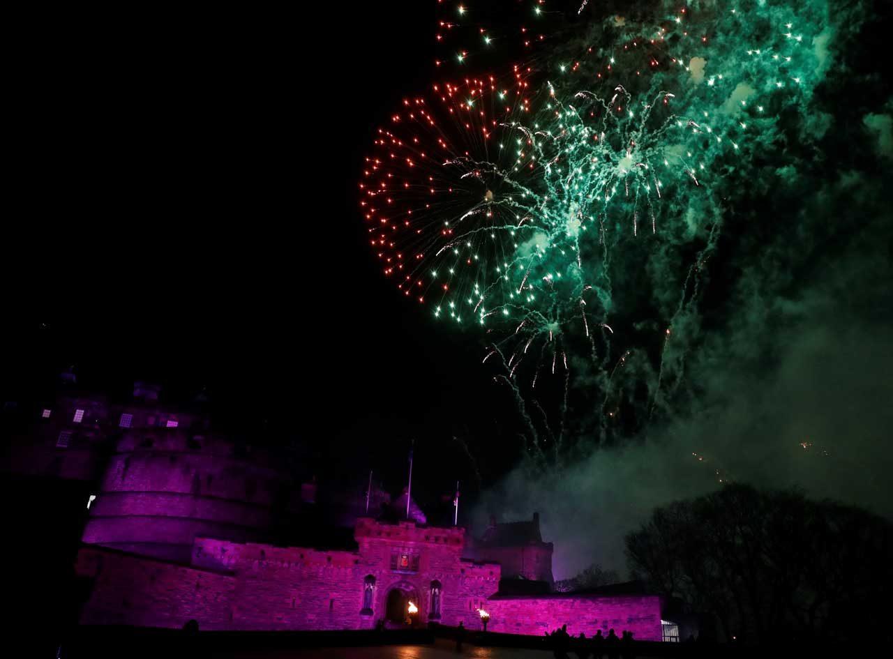 Los fuegos artificiales se disparan sobre el Castillo de Edimburgo para anunciar el Año Nuevo durante las celebraciones de Hogmanay en Edimburgo, Escocia, el 1 de enero de 2018. REUTERS / Russell Cheyne