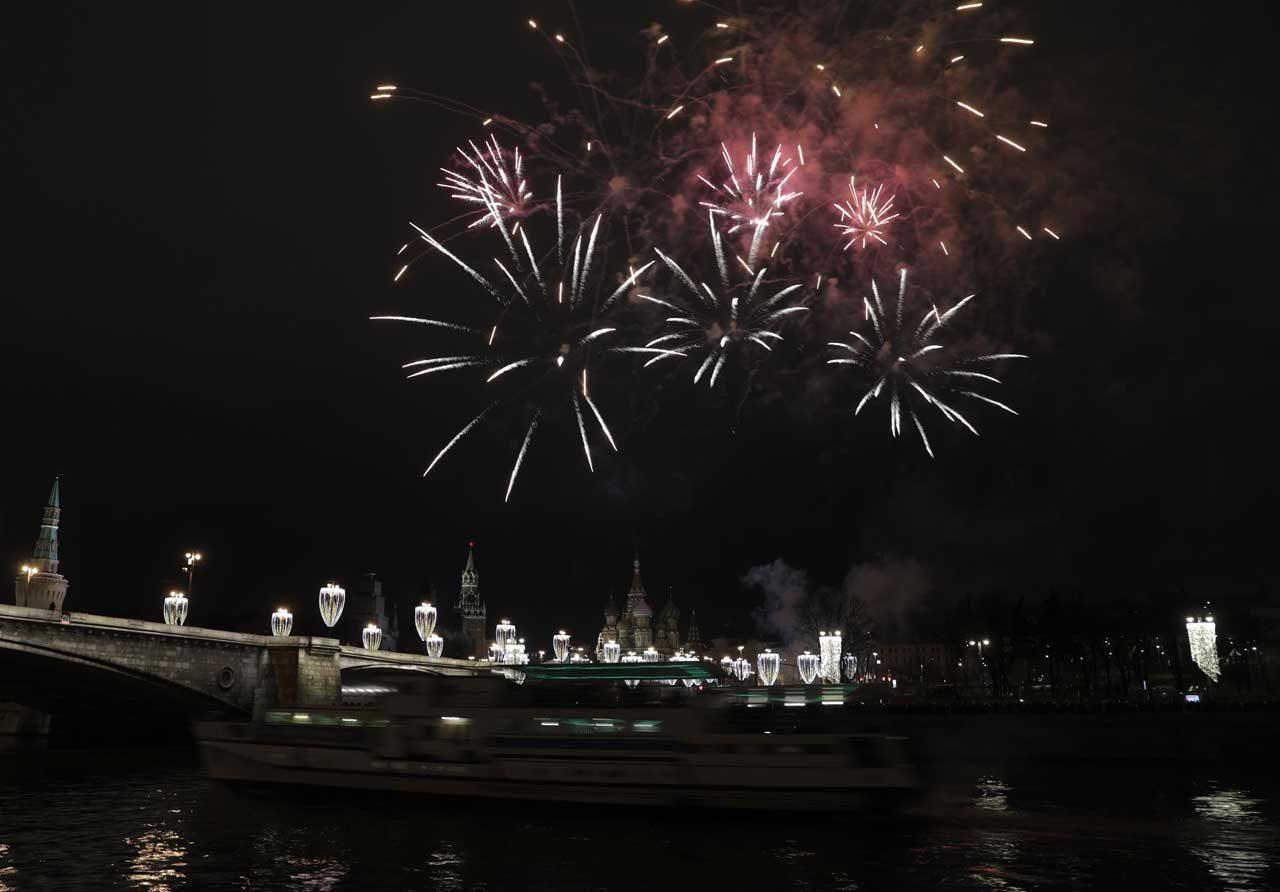La Plaza Roja y la Catedral de San Basilio, los dos escenarios más emblemáticos de Moscú, se cubrieron cubiertos por un espectáculo de fuegos artificiales. REUTERS