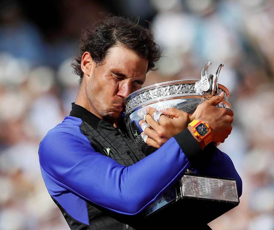 Rafael Nadal celebra con el trofeo después de ganar la final contra el suizo Stan Wawrinka durante el Abierto de Francia en París, Francia, el 11 de junio de 2017. REUTERS / Christian Hartmann
