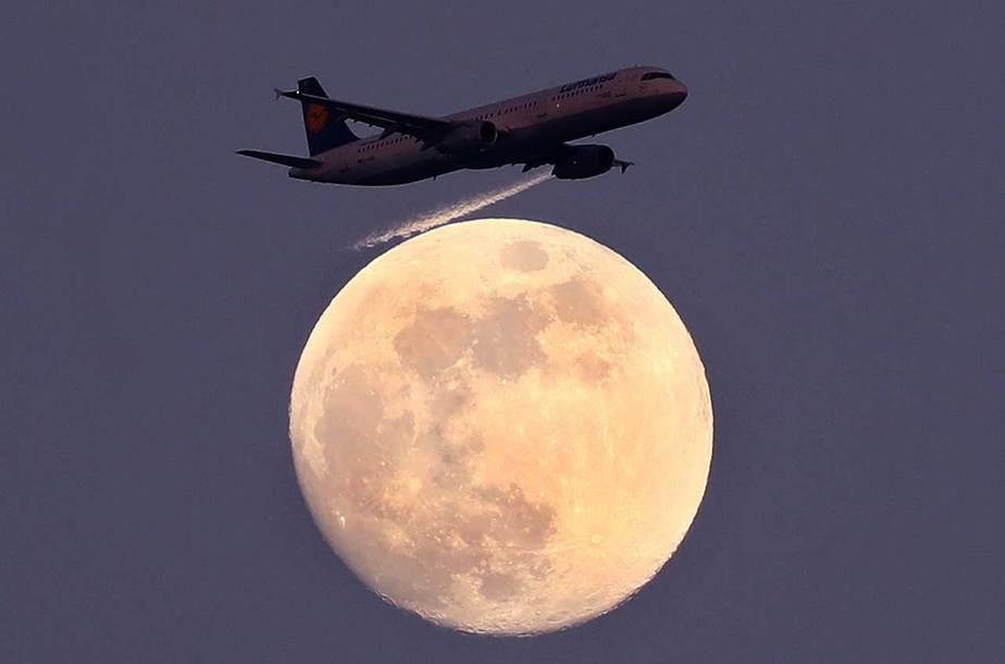 Un avión de la compañía aérea alemana Lufthansa pasa la luna sobre Frankfurt, Alemania, el 9 de abril de 2017. REUTERS / Kai Pfaffenbach