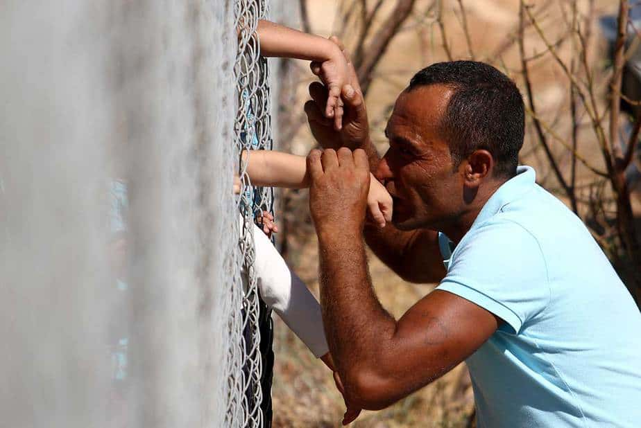 Ammar Hammasho de Siria, que vive en Chipre, besa a sus hijos que llegaron al campamento de refugiados en Kokkinotrimithia, en las afueras de Nicosia, Chipre, el 10 de septiembre de 2017. REUTERS / Yiannis Kourtoglou