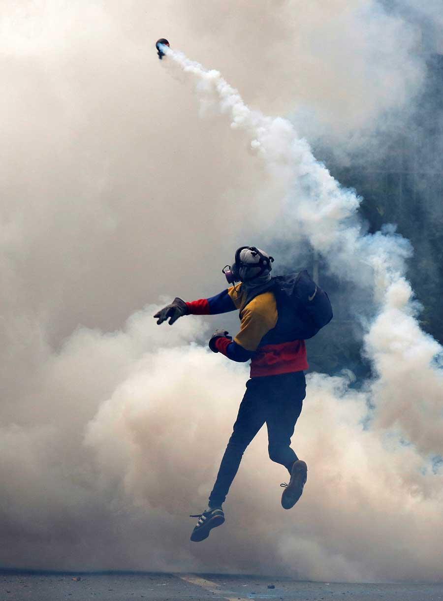 Un partidario de la oposición se enfrenta a la policía antidisturbios mientras se rebela contra el presidente venezolano, Nicolás Maduro, en Caracas, Venezuela, el 8 de mayo de 2017. REUTERS / Carlos Garcia Rawlins