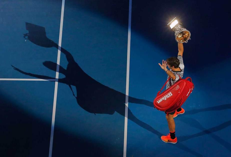 El suizo Roger Federer levanta el trofeo después de ganar su último partido masculino individual contra el español Rafael Nadal durante el Abierto de Australia, Melbourne, Australia, el 29 de enero de 2017. REUTERS / Jason Reed