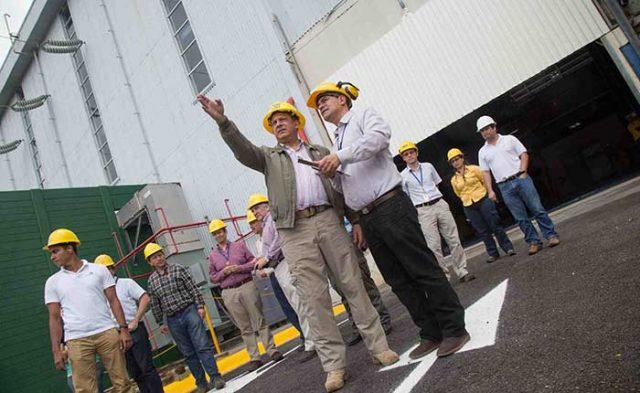 El presidente Luis Guillermo Solís (Izq) ha llegado a Costa Rica a una revolución renovable sin precedentes