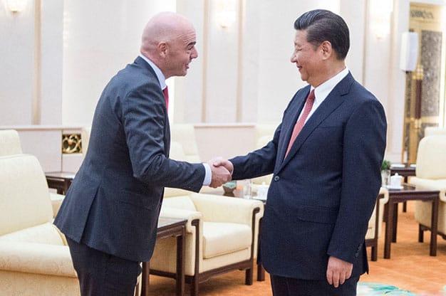 Xi Jinping junto a Gianni Infantino, presidente de la FIFA