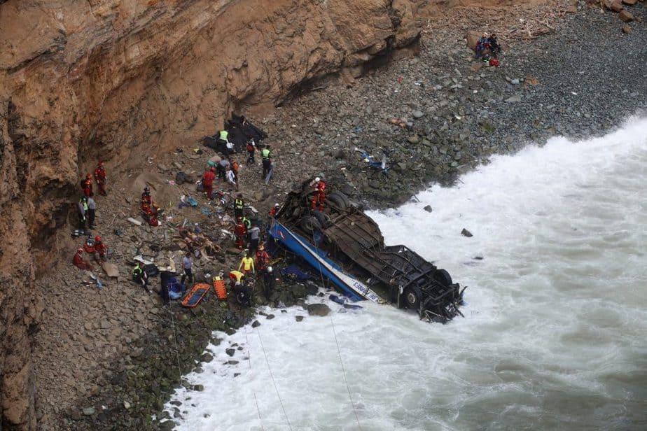 Accidente del autobús. Al menos 48 muertos en Perú al despeñarse un autobús por un acantilado