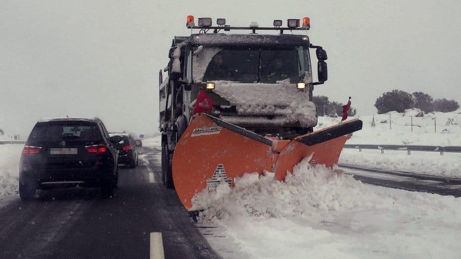 Dispositivo de seguridad vial. Autopistas mantiene el dispositivo de alerta ante el riesgo de nevadas