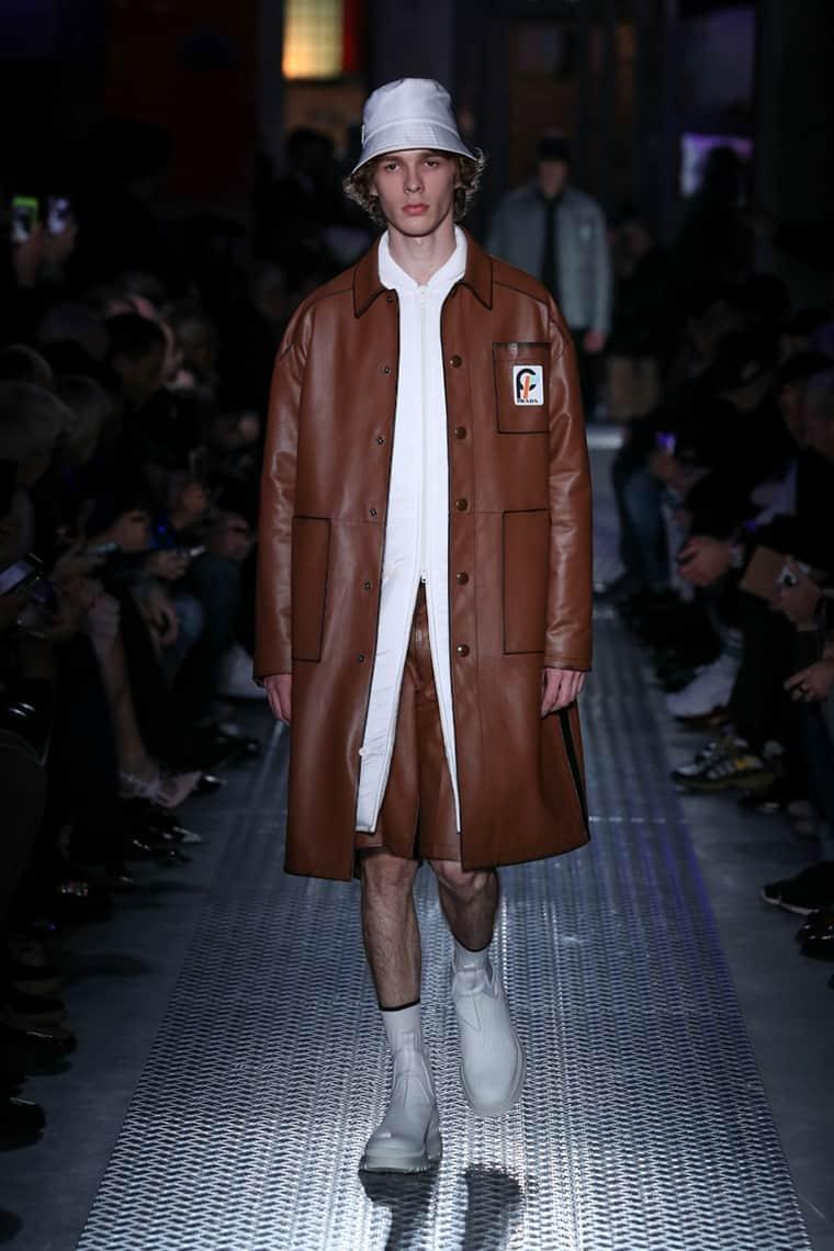 Este abrigo de cuero marrón caramelo con bordes negros resulta ideal para el otoño, si se combina un jean azul o un pantalón marrón de corduroy