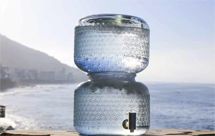 Una botella grande de agua cruda puede venderse hasta por más de 30 dólares