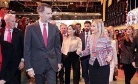La presidenta de la Comunidad de Madrid, Cristina Cifuentes, junto al rey Felipe VI.