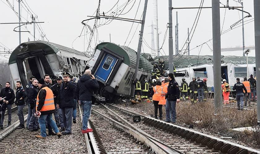 Cuatro muertos al descarrilar un tren en Milán.