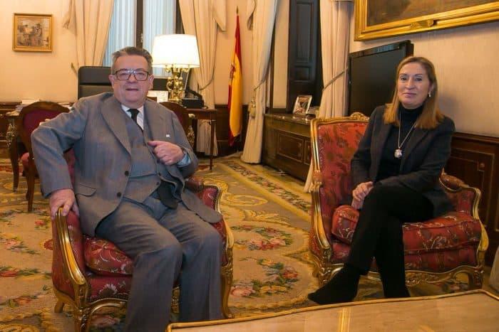 El 'padre' de la Constitución, Herrero de Miñón, junto a Ana Pastor.
