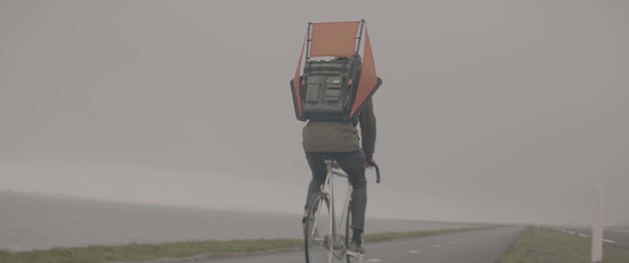 Windbag: una mochila que combina viento y vela para andar en bicicleta más rápido